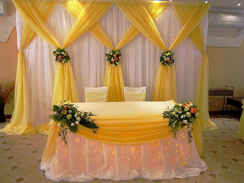Оформление свадебного стола молодоженов ширмой