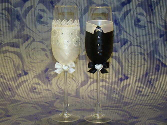В качестве бокалов на свадьбу идеально подойдут фужеры формы «флюте». Классический бокал на длинной ножке смотрится изысканно и служит полотном для