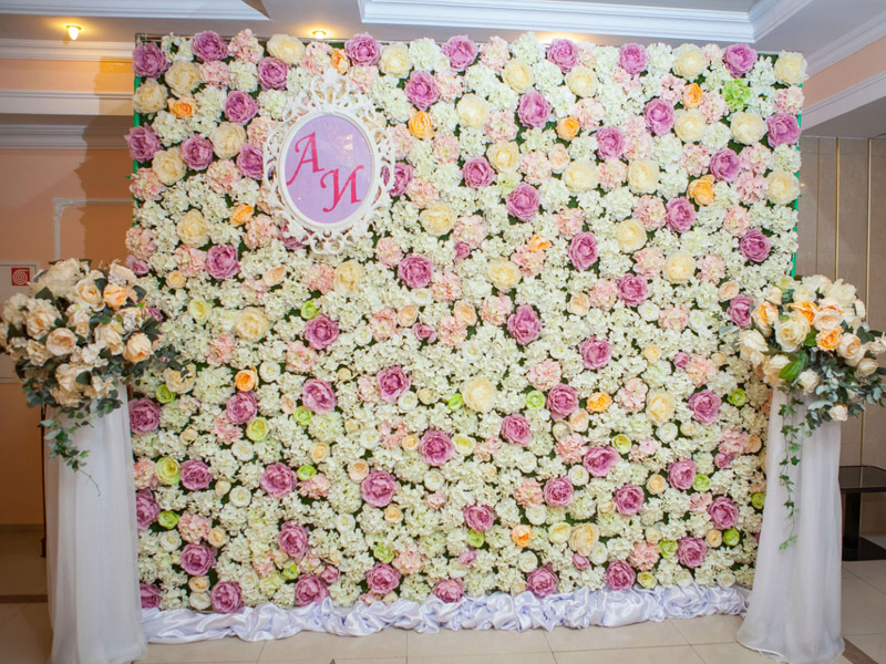 Фотозона с цветами на свадьбу
